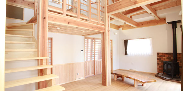 自然素材と地元の木で造った薪ストーブのある家