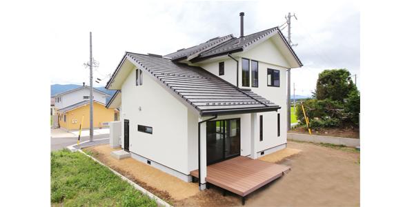 薪ストーブとアンティーク家具が映えるレトロモダン住宅