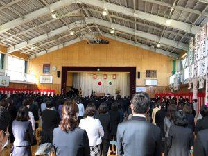 縮小した小学校の卒業式