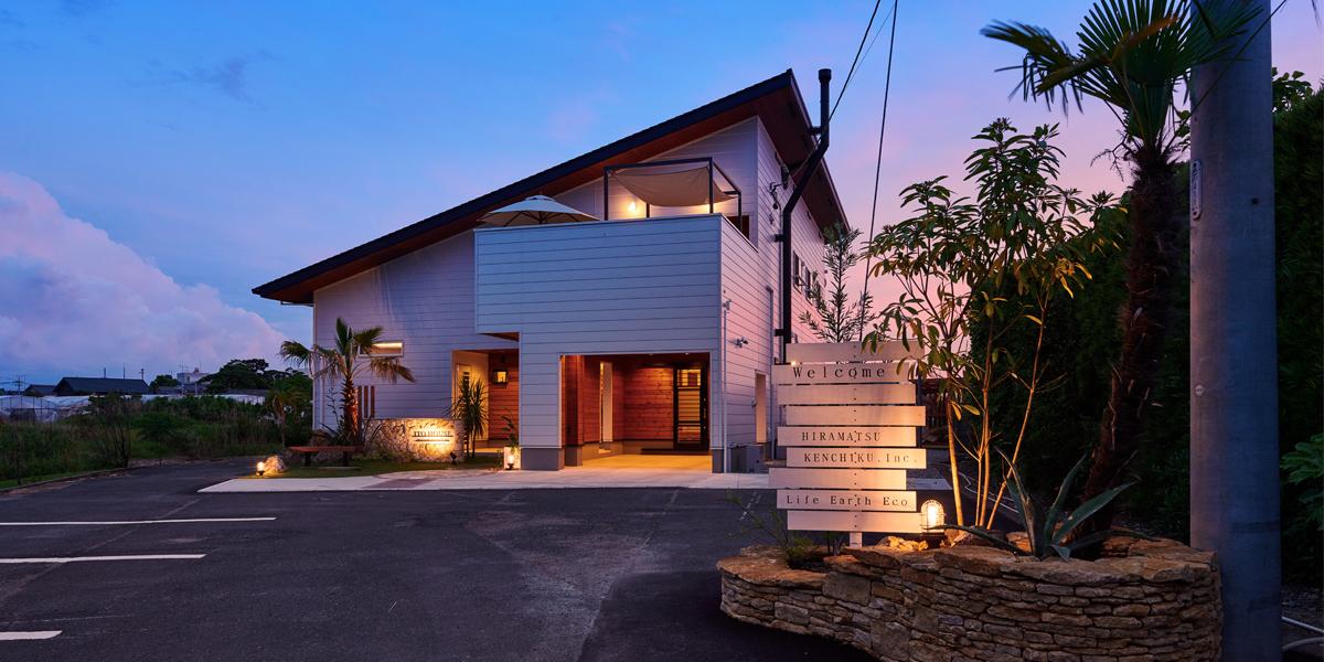 アメリカの西海岸をイメージしたヤシの木と白を基調としたデザインの家